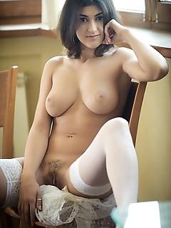 Luscious nude brunette